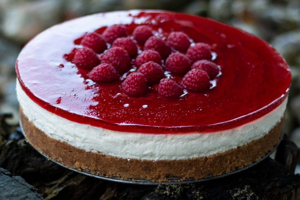 Cheesecake med kiksebund og hindbær