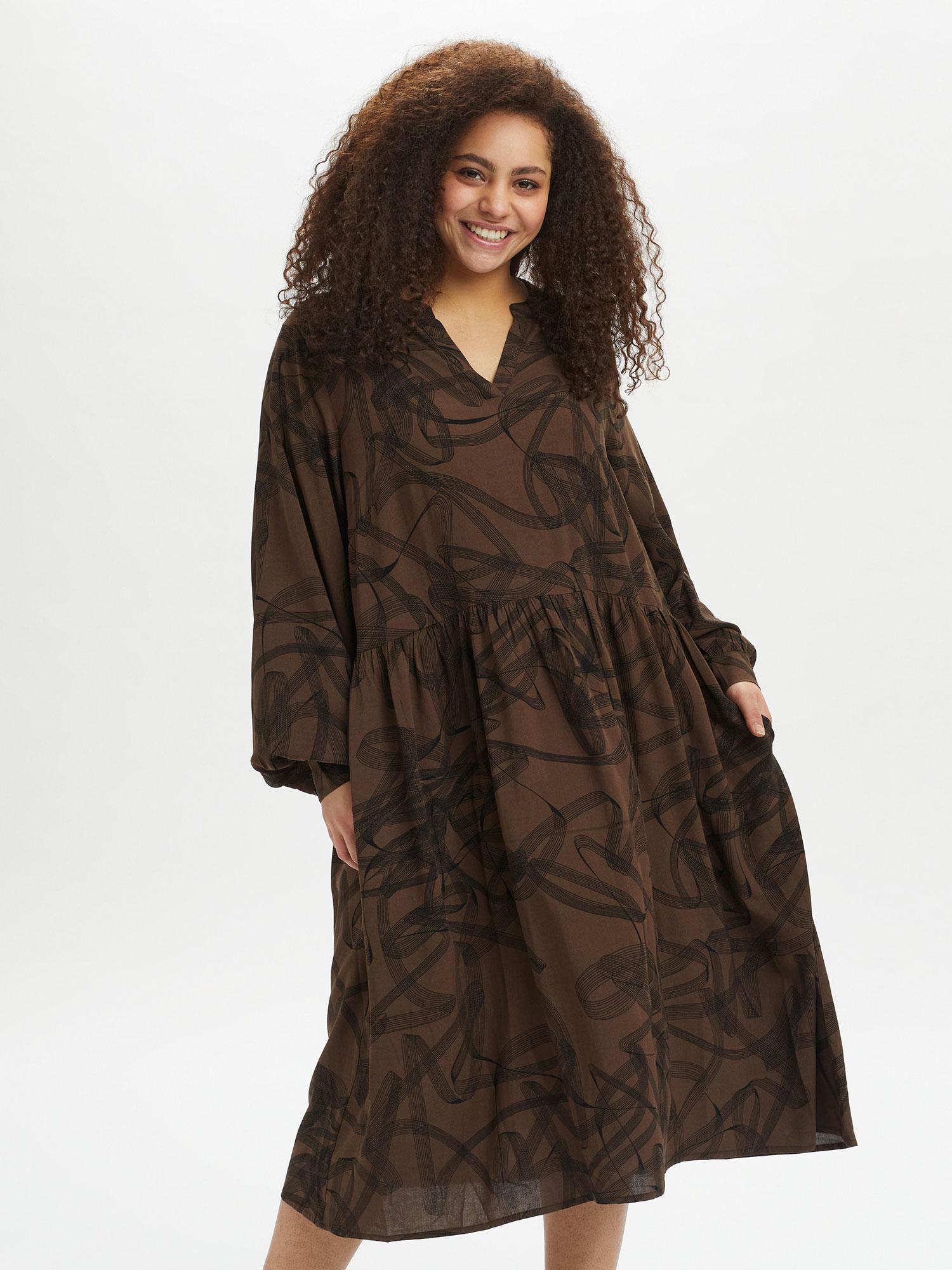 Kaffe Curve Lang brun viskose kjole med flot V-hals og lange ærmer, 44