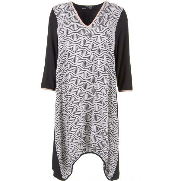 Kjole med sort og hvidt mønster og fersken farvede detaljer