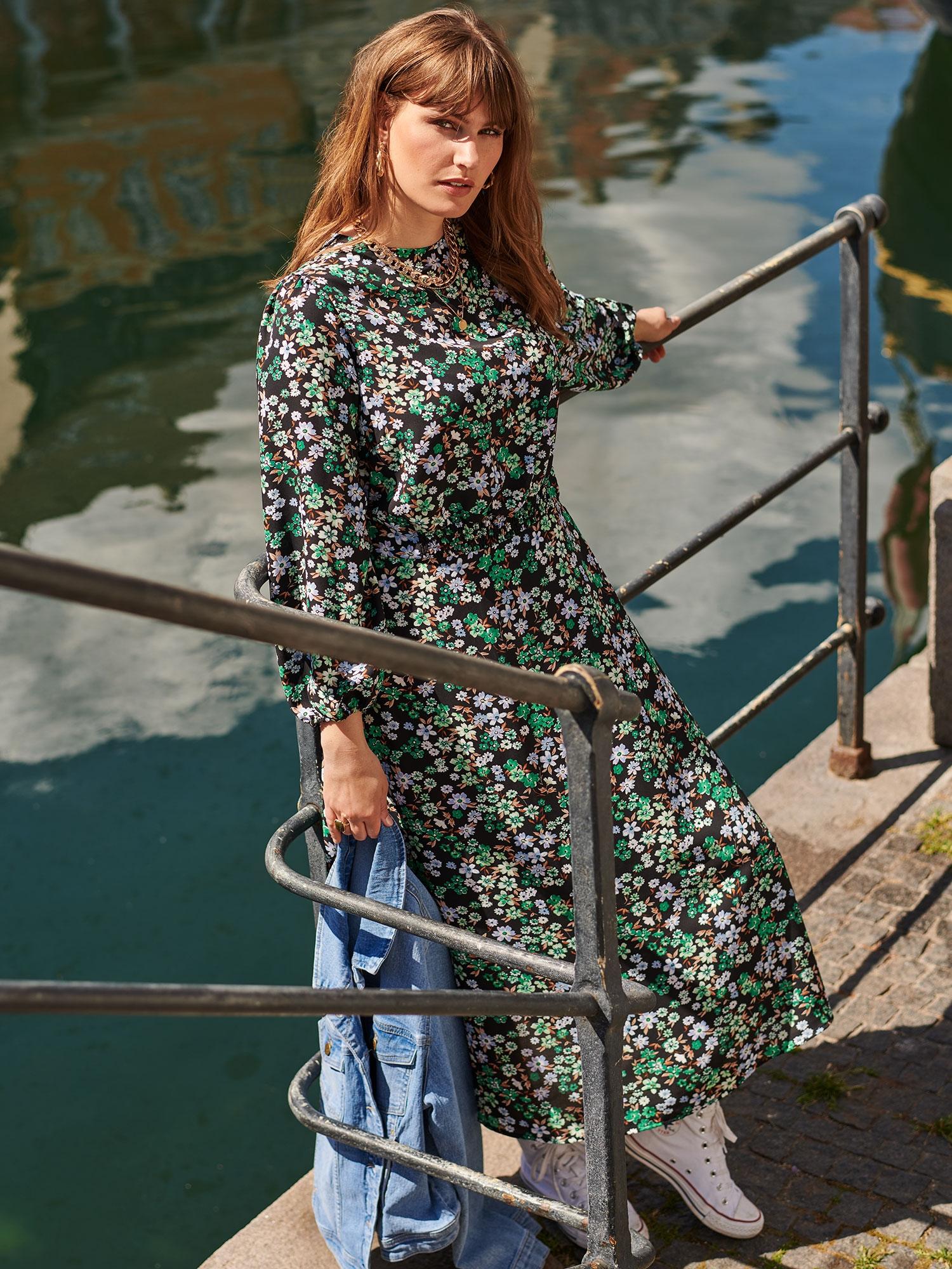 Only Carmakoma Lang sort kjole med fint grønt blomster print, 50
