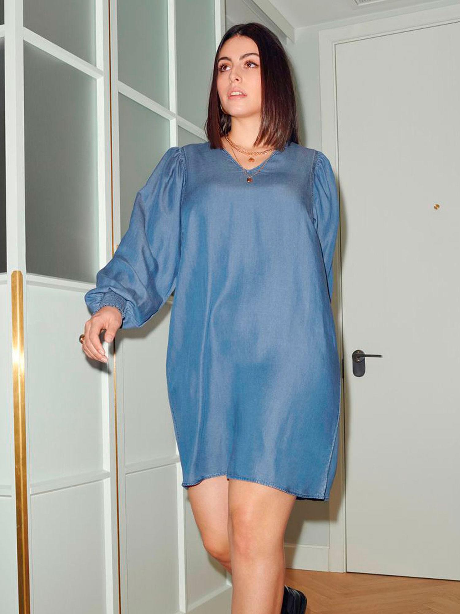 Only Carmakoma Kjole i smuk blå tencel med V-hals og lange ærmer , 42