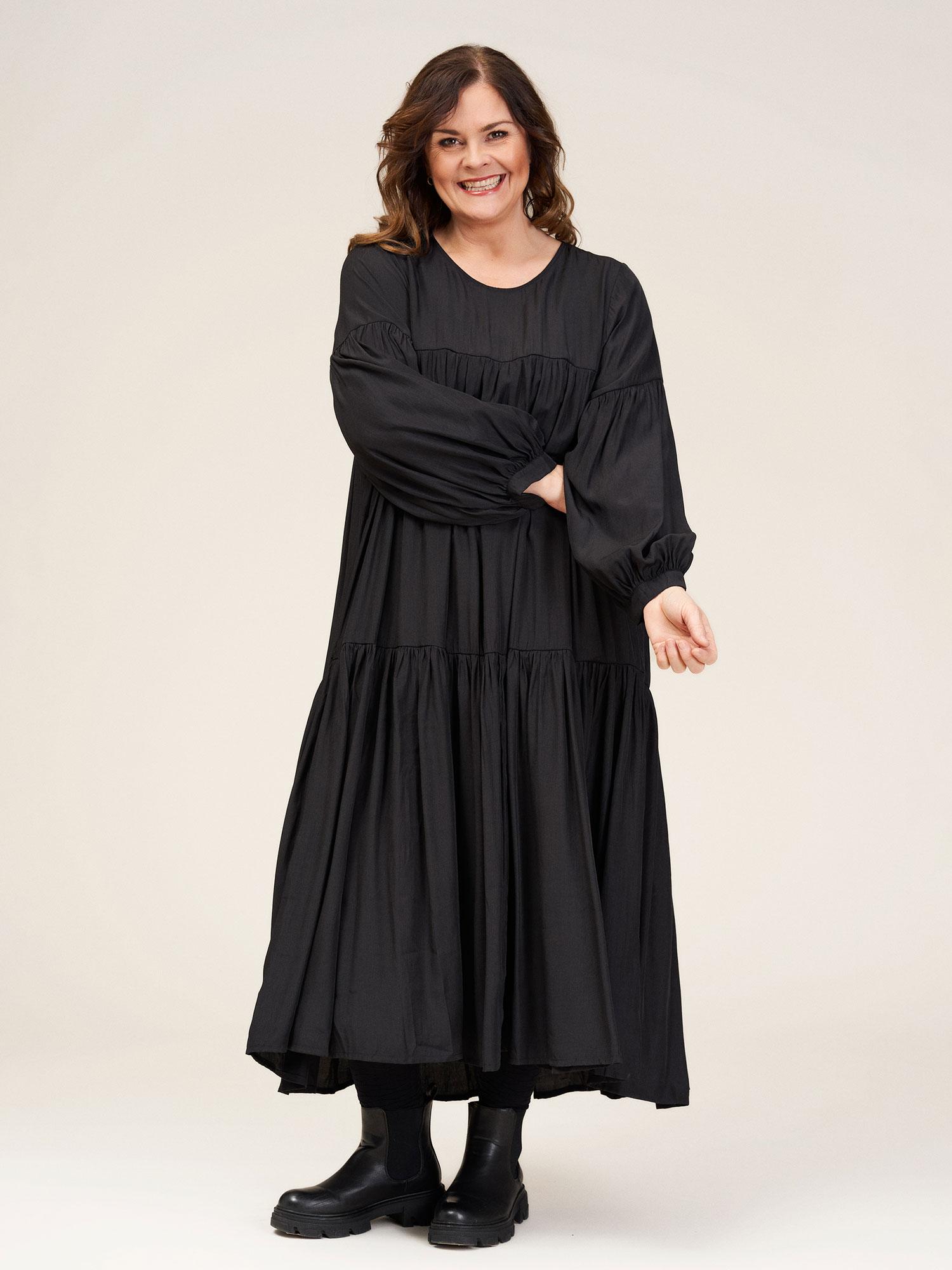 Gozzip Lang sort kjole med smuk blank overfalde og fantastsik god A-facon, 42-44 / S