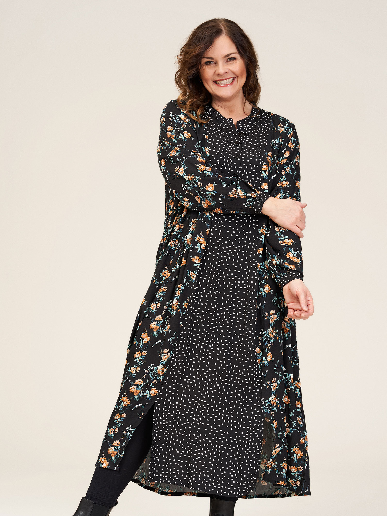 Gozzip Lang sort kjole med fine små prikker og smukt blomster print, 42-44 / S