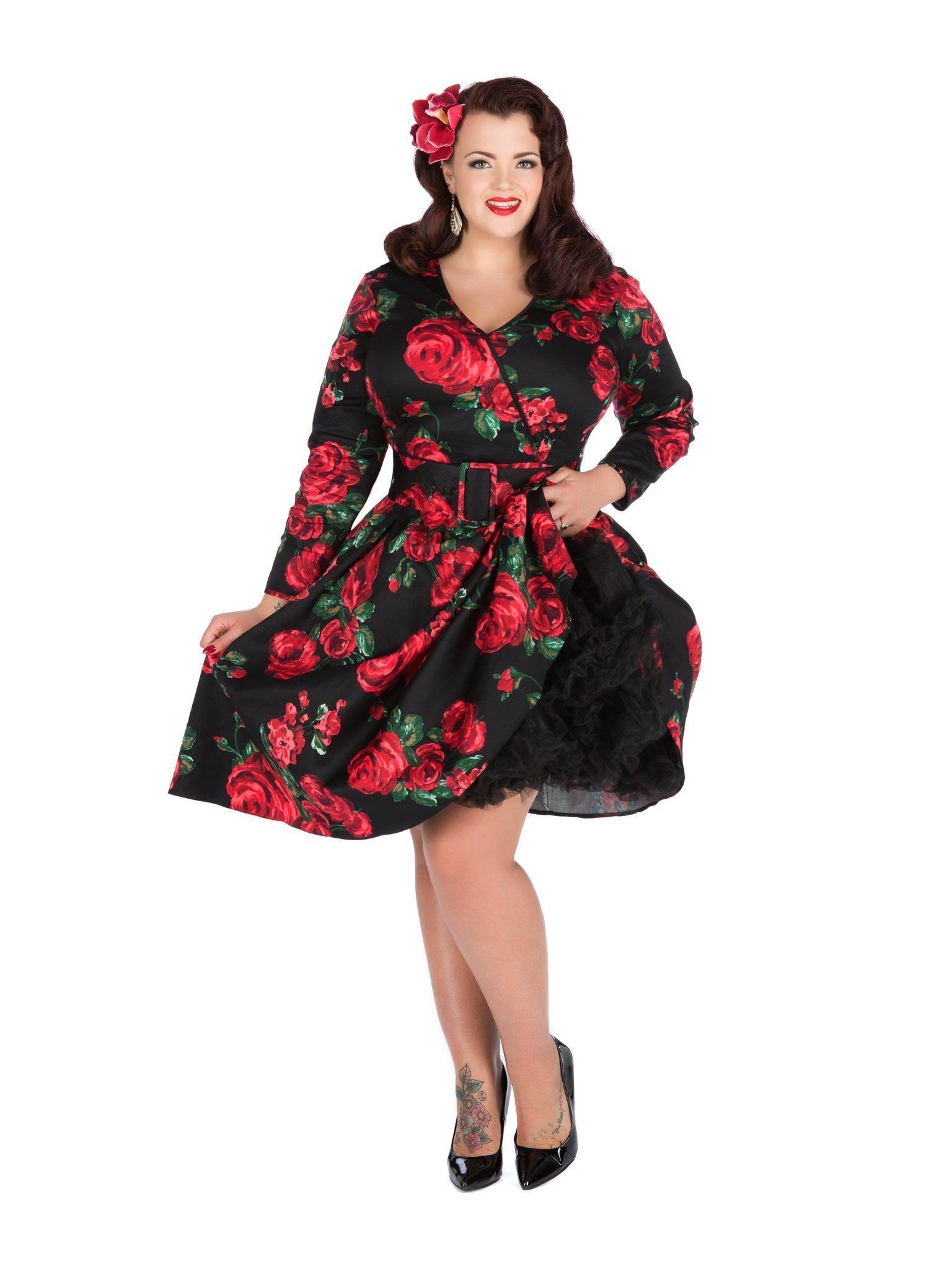 Kjole med smukke røde roser på sort - med ærmer og bælte