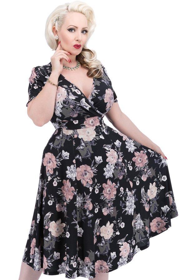 Sort kjole med smukke blomster og flagrende skørt
