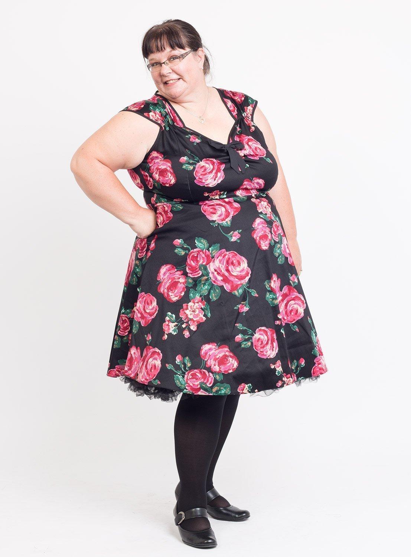 Sort kjole med store flotte røde roser
