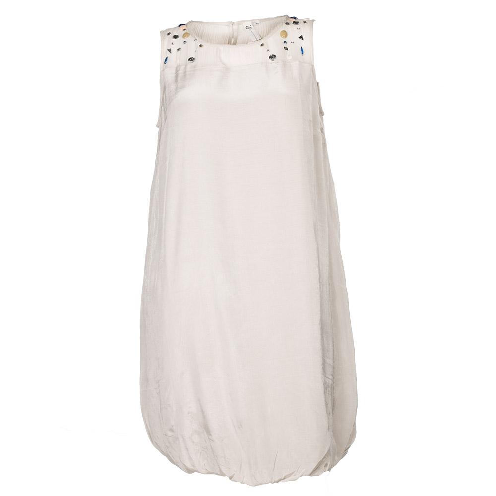 Hvid kjole med farvede sten