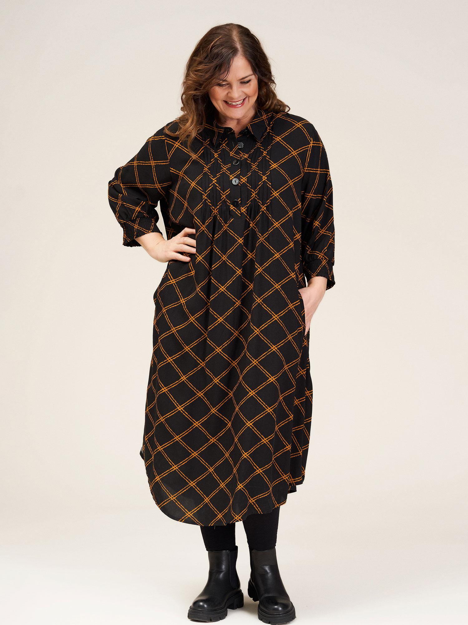 Gozzip Lang sort viskose kjole med flotte orange tern, 42-44 / S