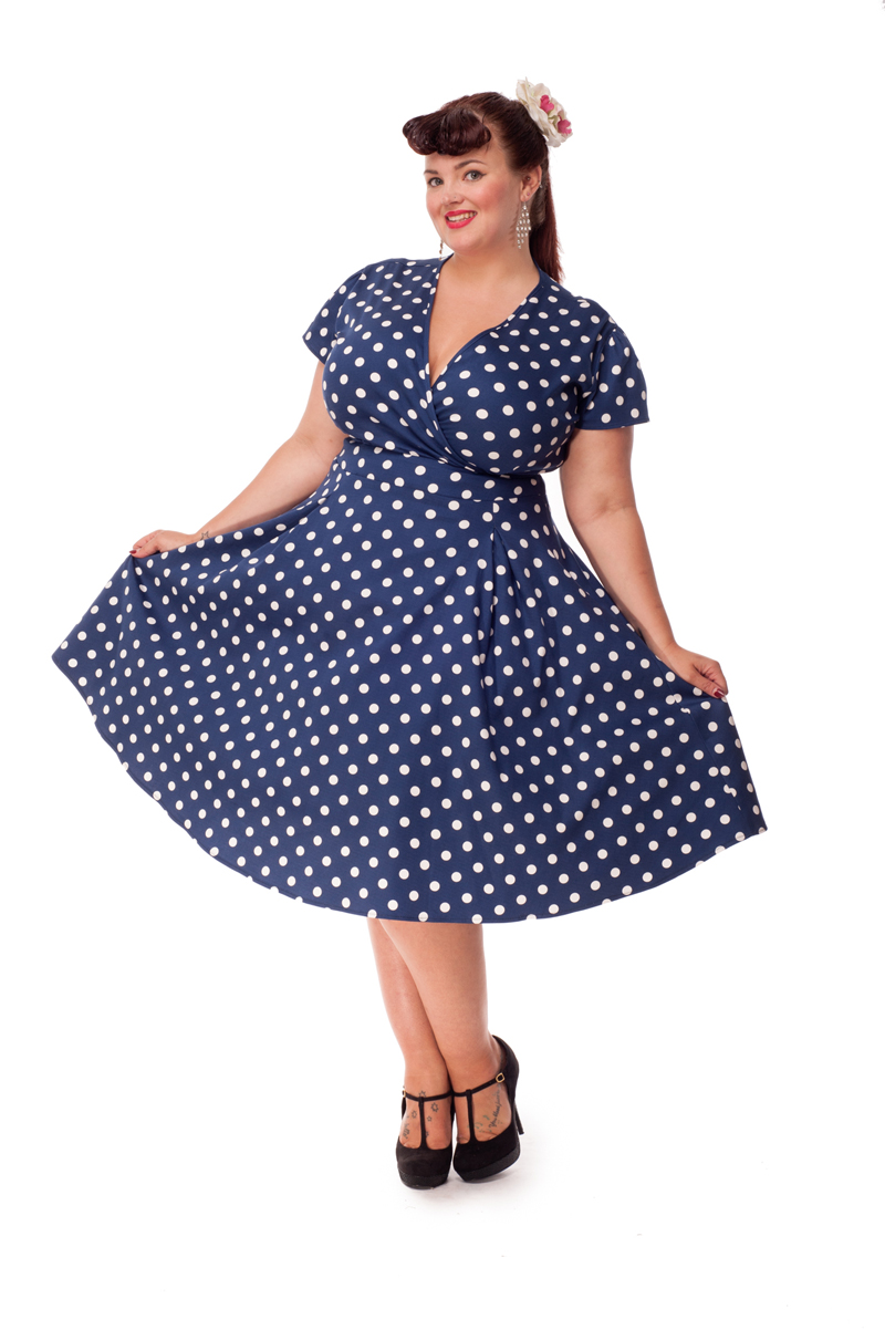 Mørkeblå kjole med hvide polkaprikker