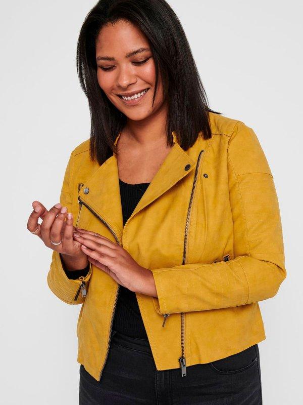 Gul jakke i imiteret skind med råt look fra Only Carmakoma