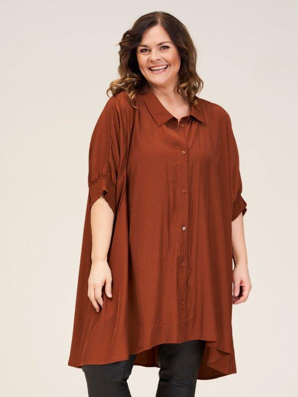 Over size skjorte tunika i en flot brun farve fra Gozzip