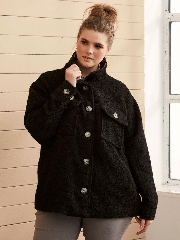 Kort sort jakke med lommer og fine knapper fra Zhenzi
