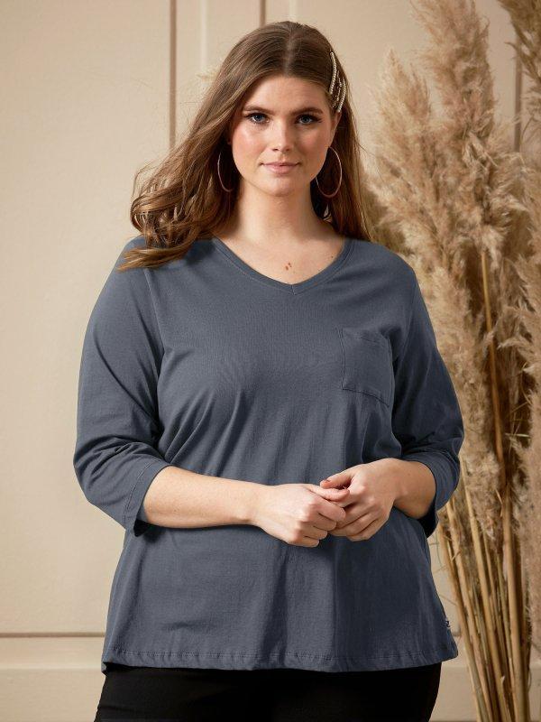 Blå T-shirt i økologisk bomuld med flot V-hals og fine 3/4 ærmer fra Zhenzi