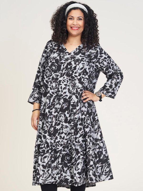 Flot viskose kjole i sort/grå print med sølv detaljer fra Studio