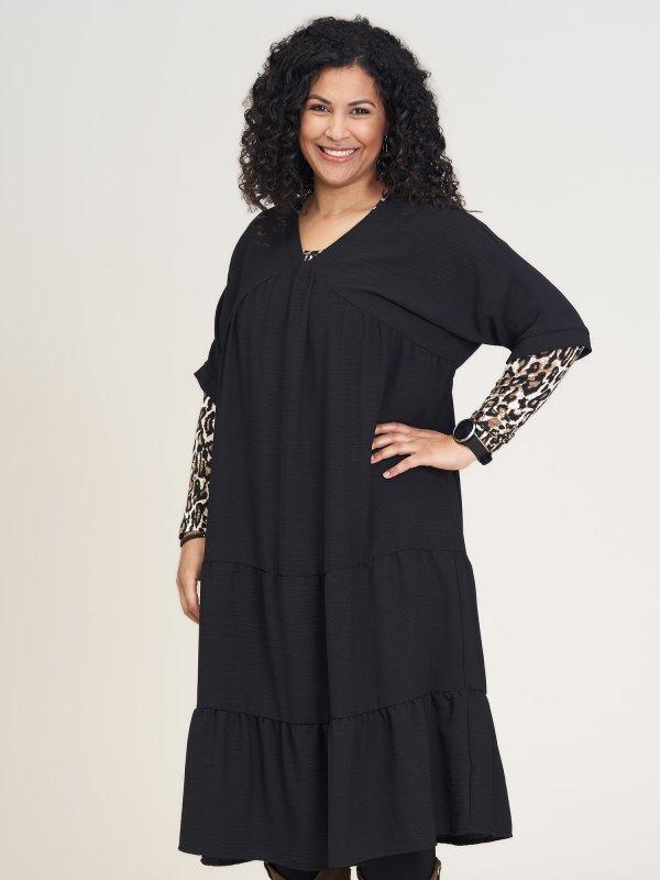 Sort kjole med fine detaljer fra Studio