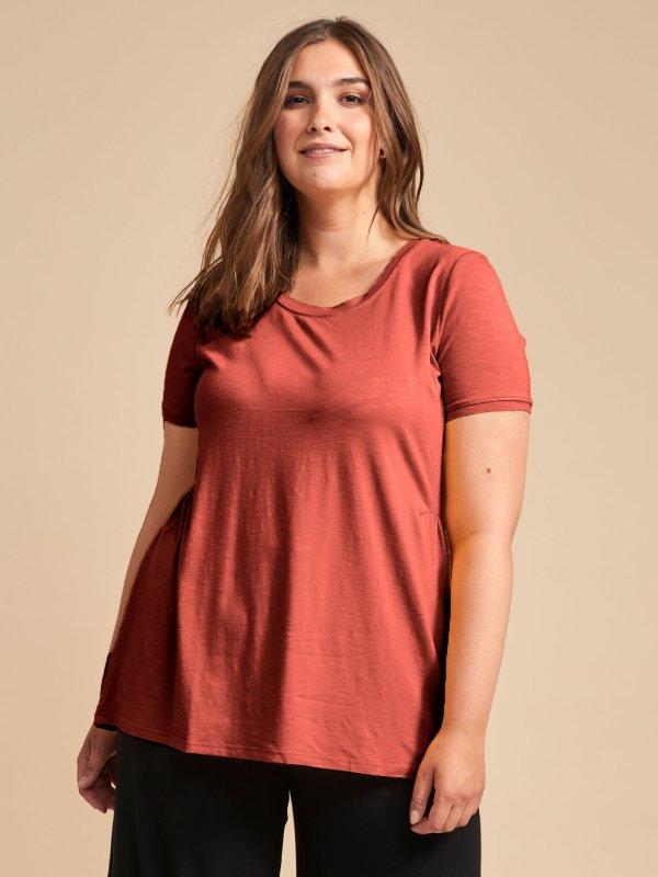 T-shirt i rødbrun med guld detaljer  fra Adia