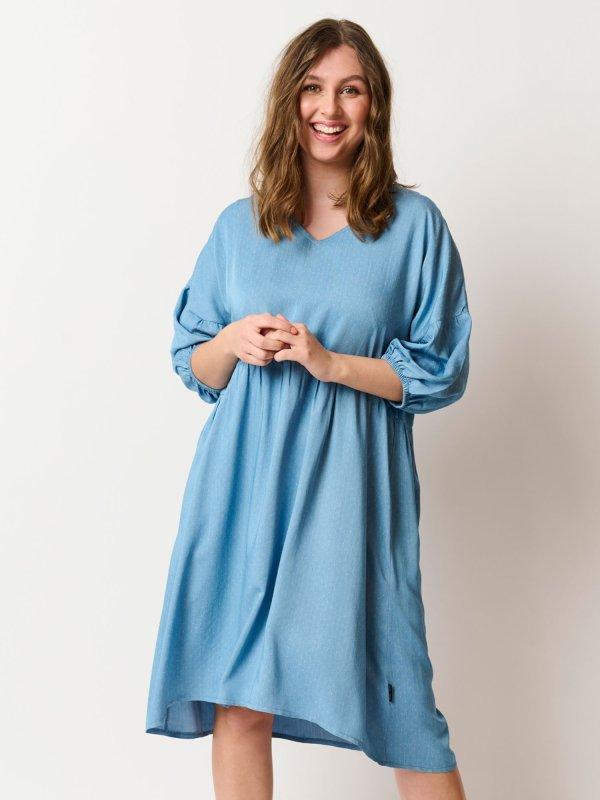 Amarie - Smuk lyseblå tencell kjole med V-hals og 3/4 ærmer fra Pont Neuf