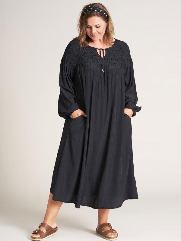 Sort lang kjole med smockelastik fra Gozzip
