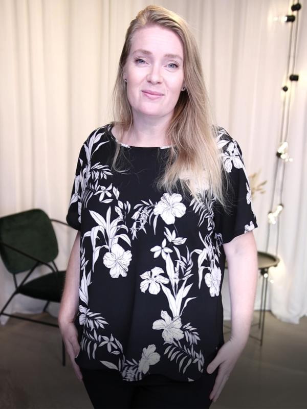 Sort bluse med flot hvidt blomsterprint  fra Only Carmakoma