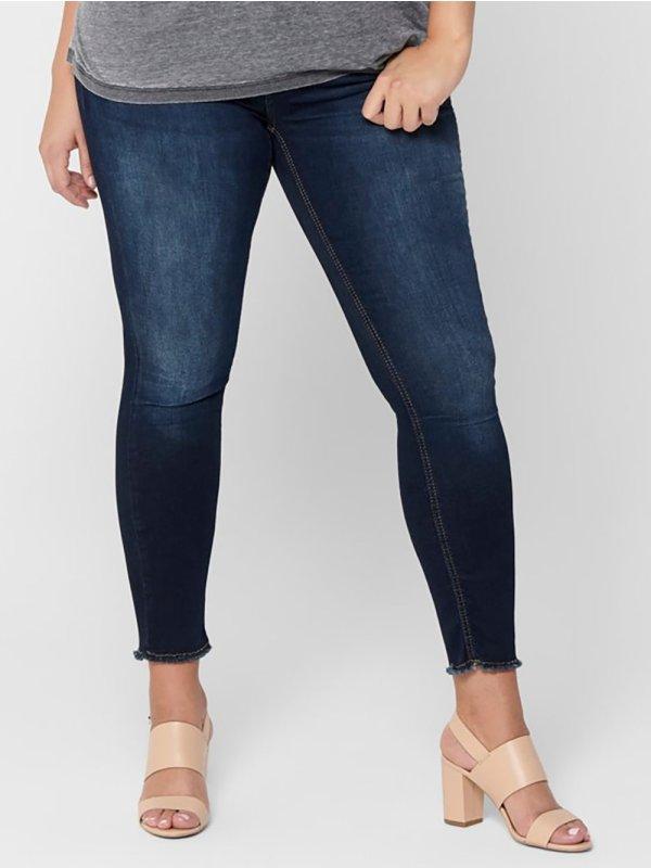 Blå denim ankel bukser med frynset kant fra Only Carmakoma
