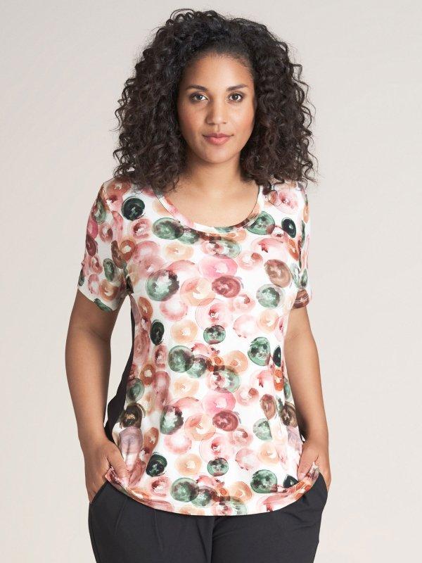 Hvid t-shirt med print i grønne og rosa toner fra Studio