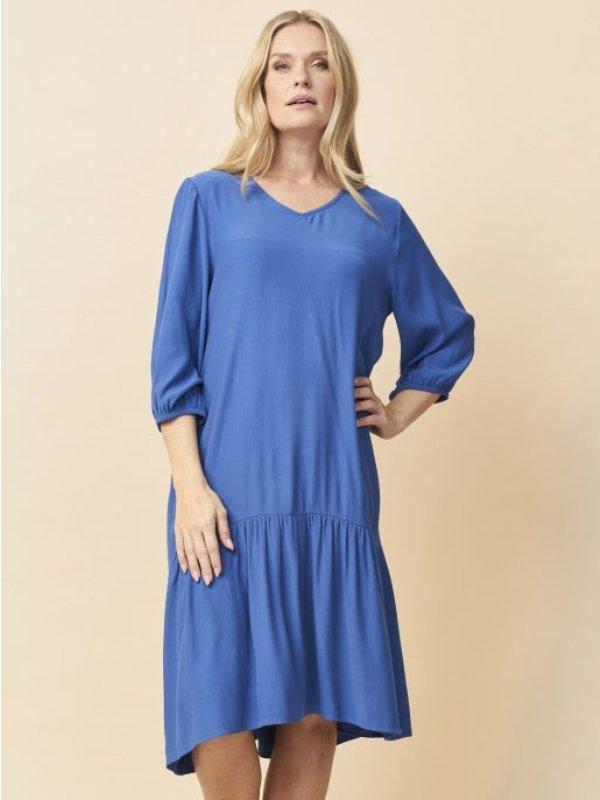Blå kjole med flæse og v-hals fra Pont Neuf