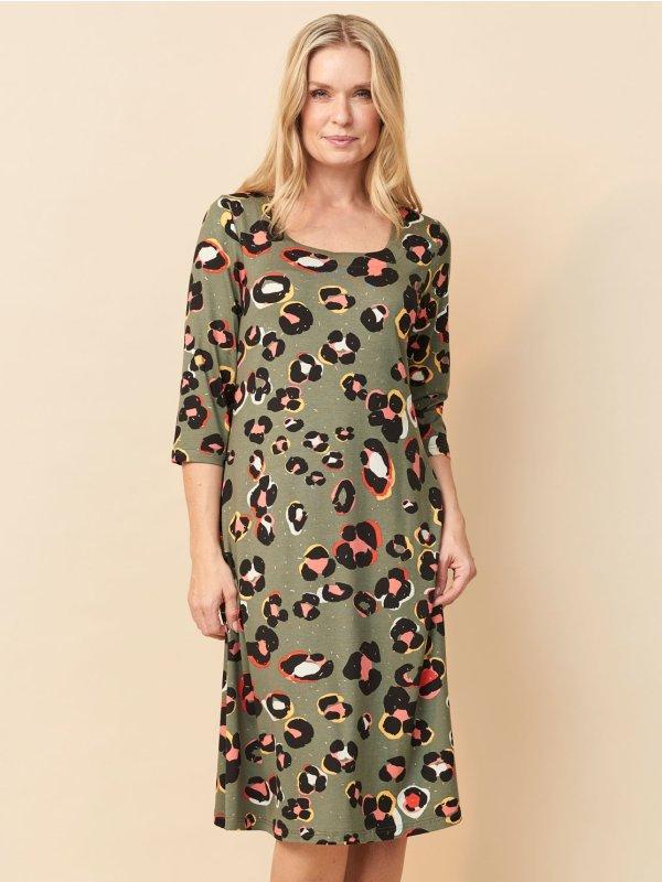 Armygrøn kjole med farverigt print og guld nister fra Pont Neuf