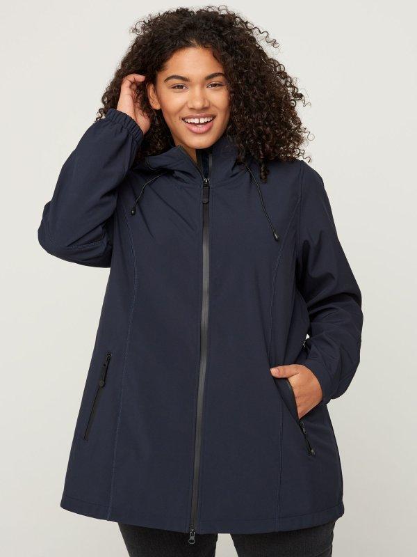 Mørkeblå softshell jakke i kort model fra Zizzi