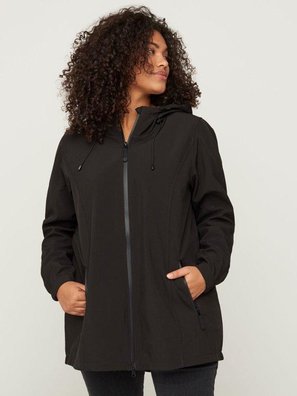 Sort softshell jakke med hætte fra Zizzi