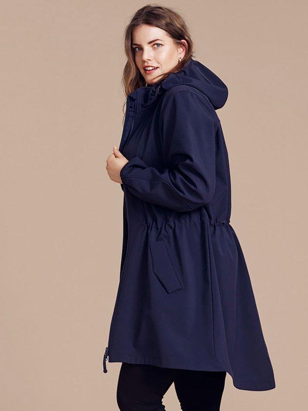 Blå softshell jakke med justerbar talje fra Zizzi