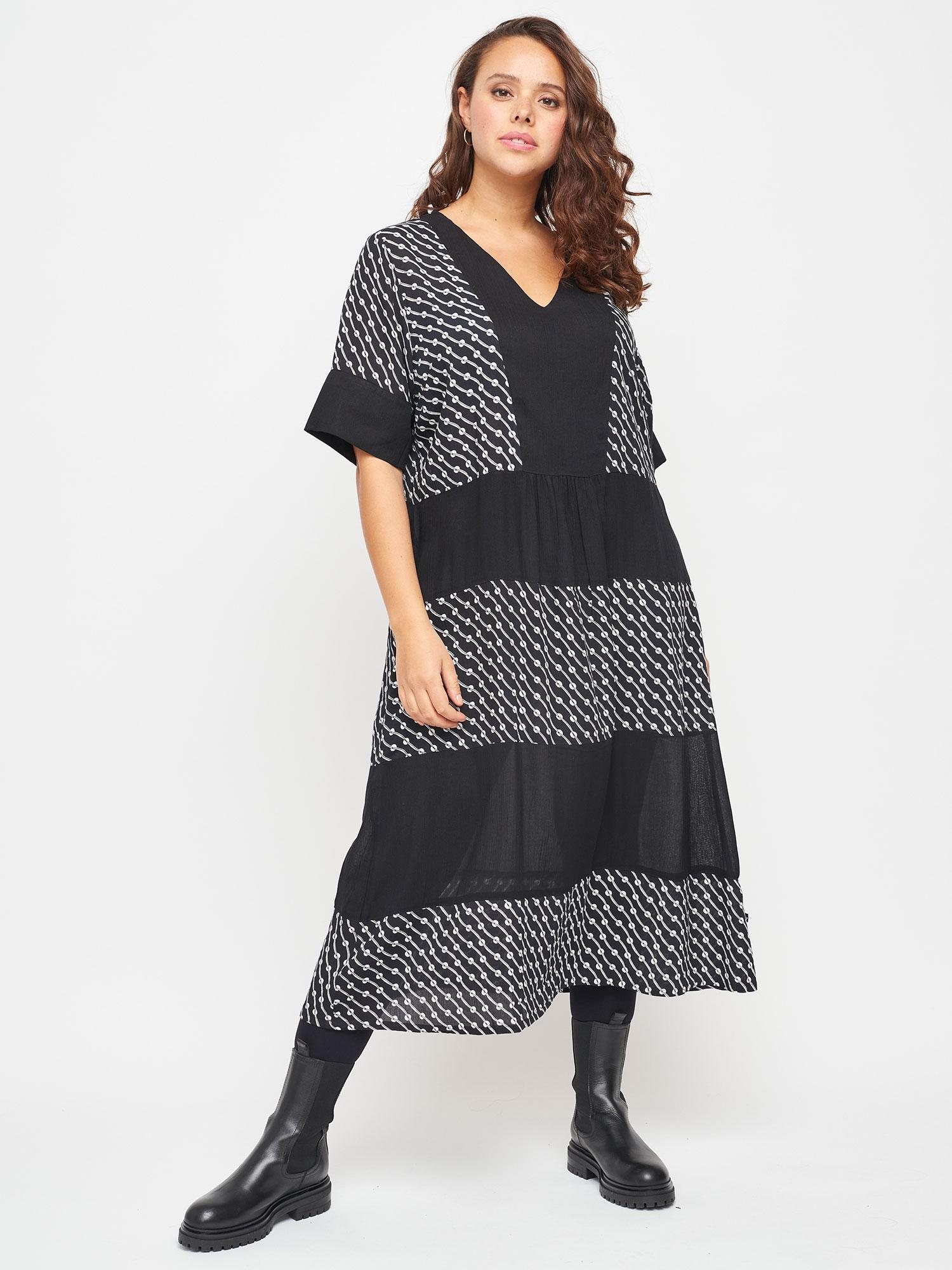 Adia Flot lang kjole med grafisk sort / hvid mønster, 42-44 / S