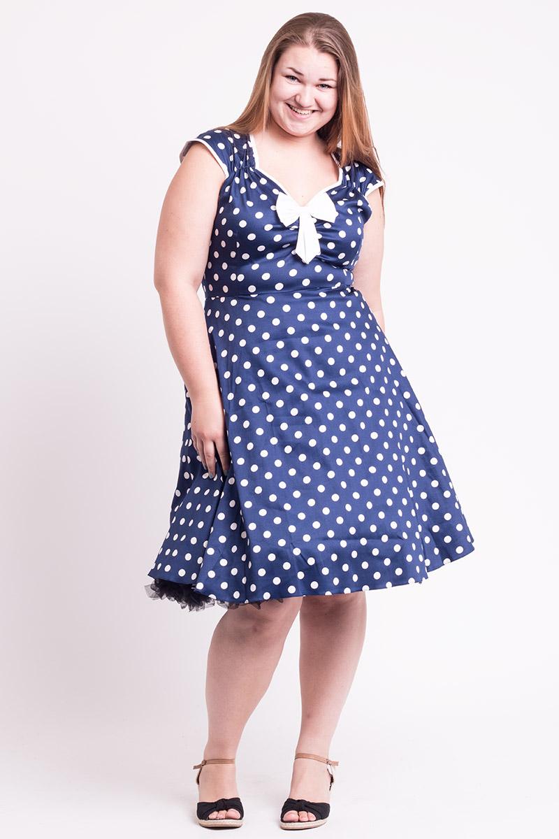 Blå kjole med hvide polkaprikker