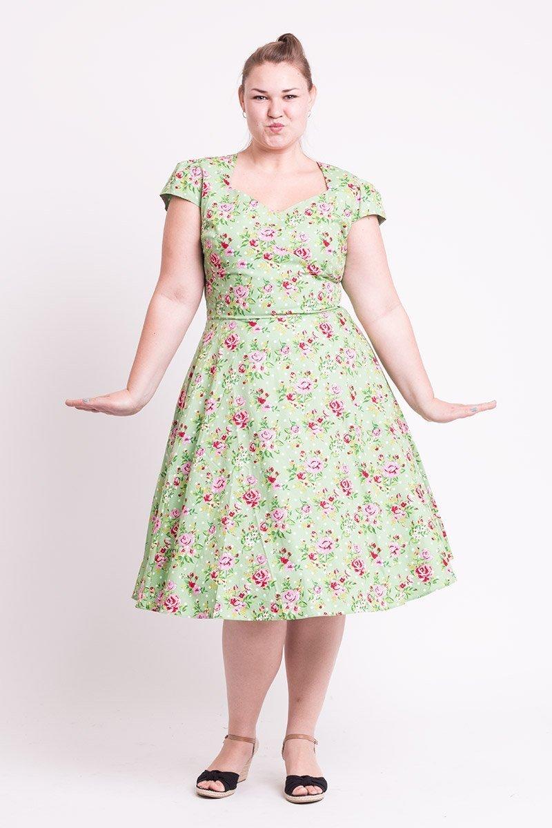 Grøn kjole med blomster og hvide polkaprikker