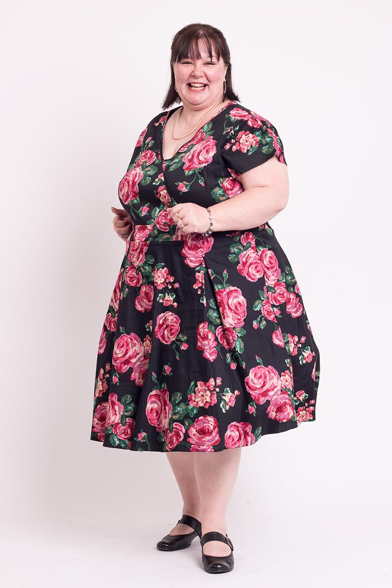Sort kjole med lyserøde roser