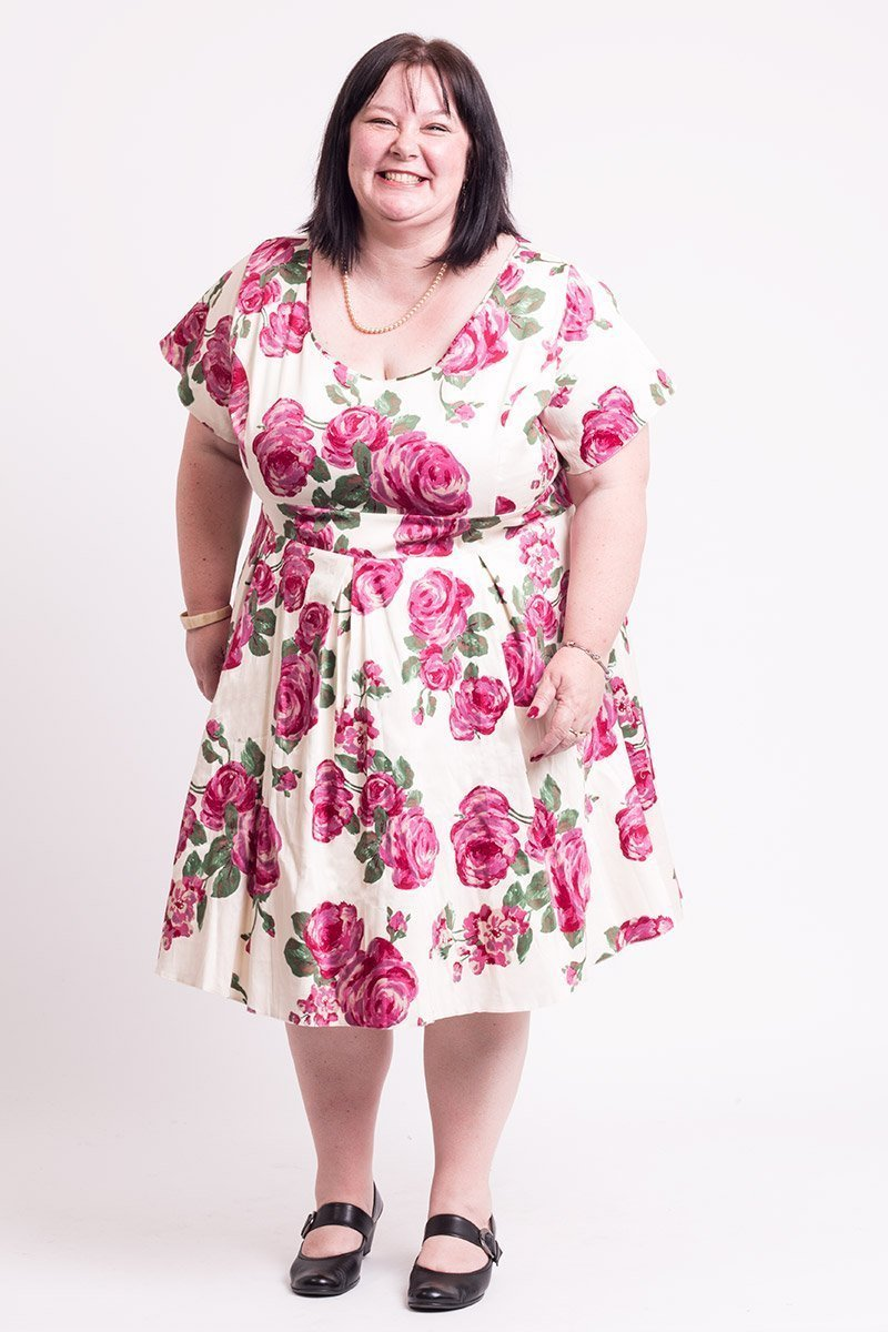 Smuk fløde farvet kjole med pink roser