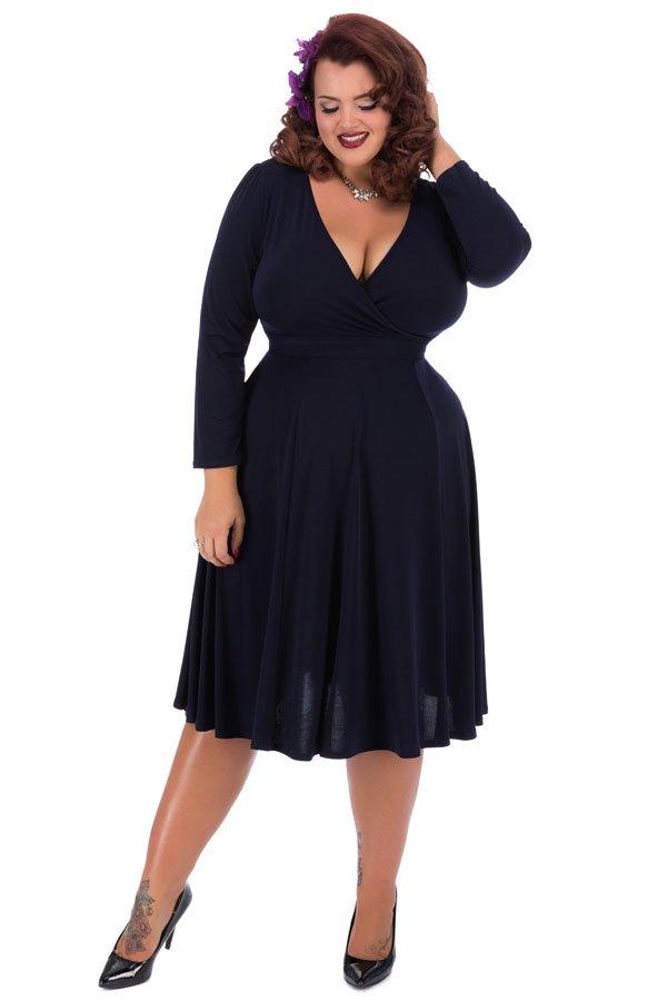 Marine blå kjole med lange ærmer og flagrende skørt