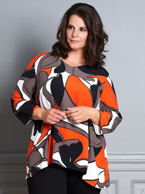 Let Gry bluse med grafisk print i sort, brun og orange fra Pont Neuf