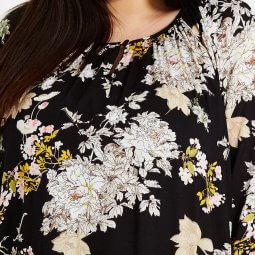 Sort bluse med blomsterprint og 3/4 ærmer