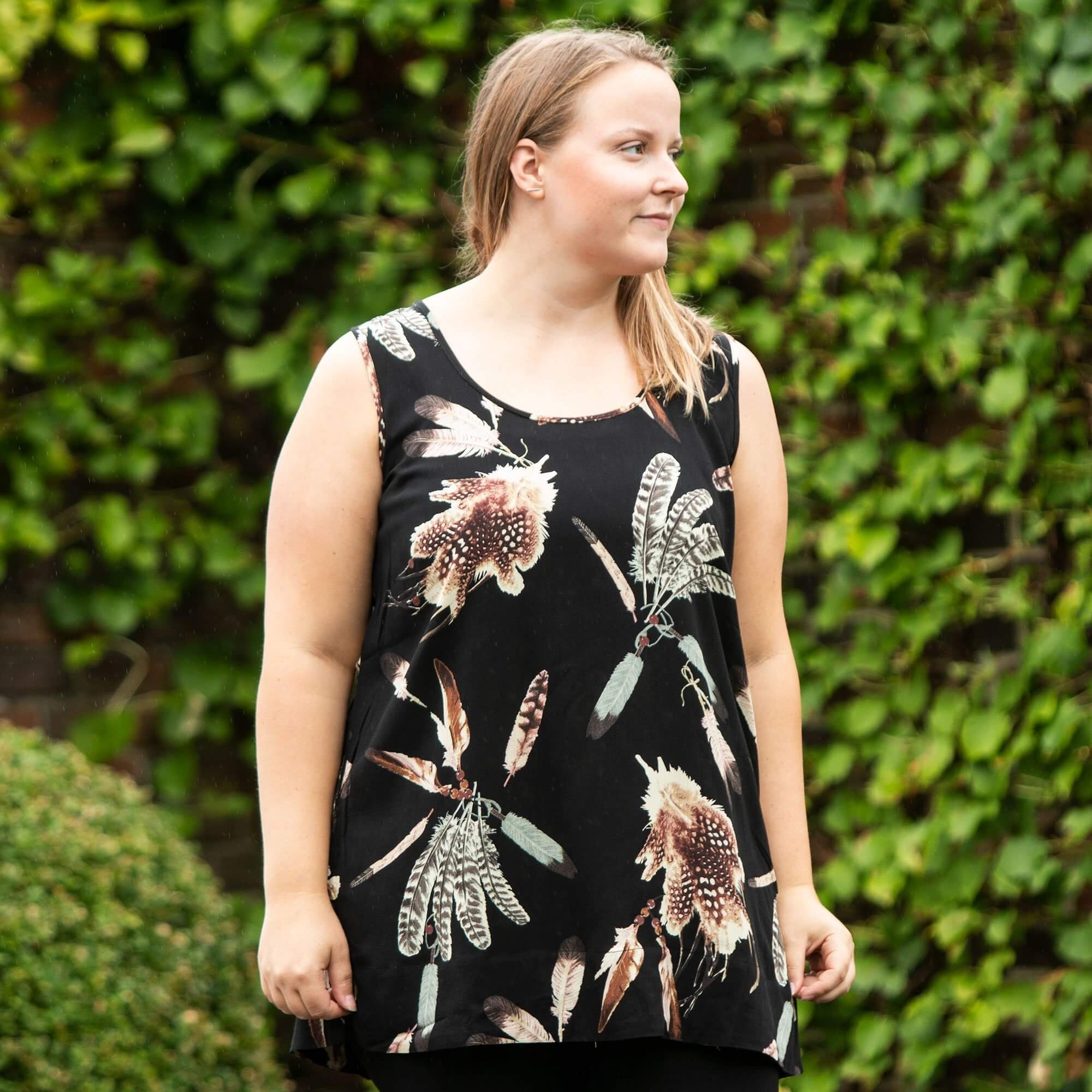 Sort top med fjerprint i viscose