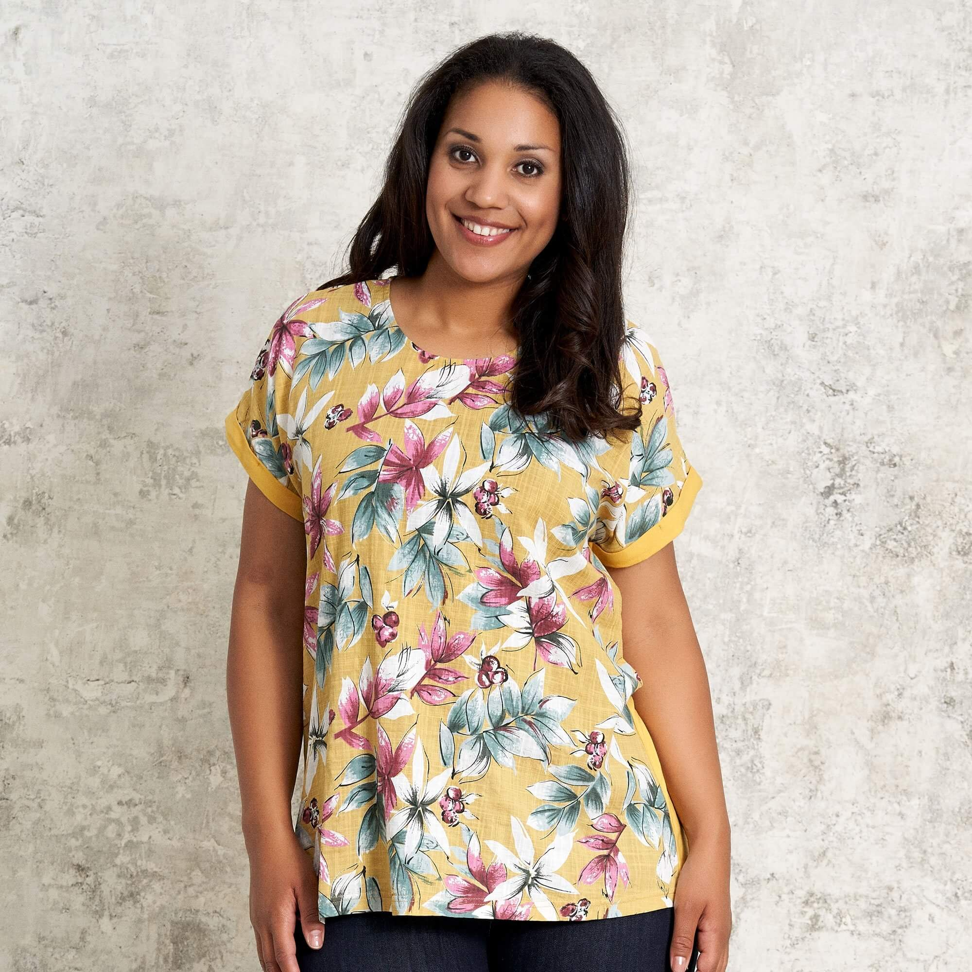 Gul t-shirt med blomsterprint