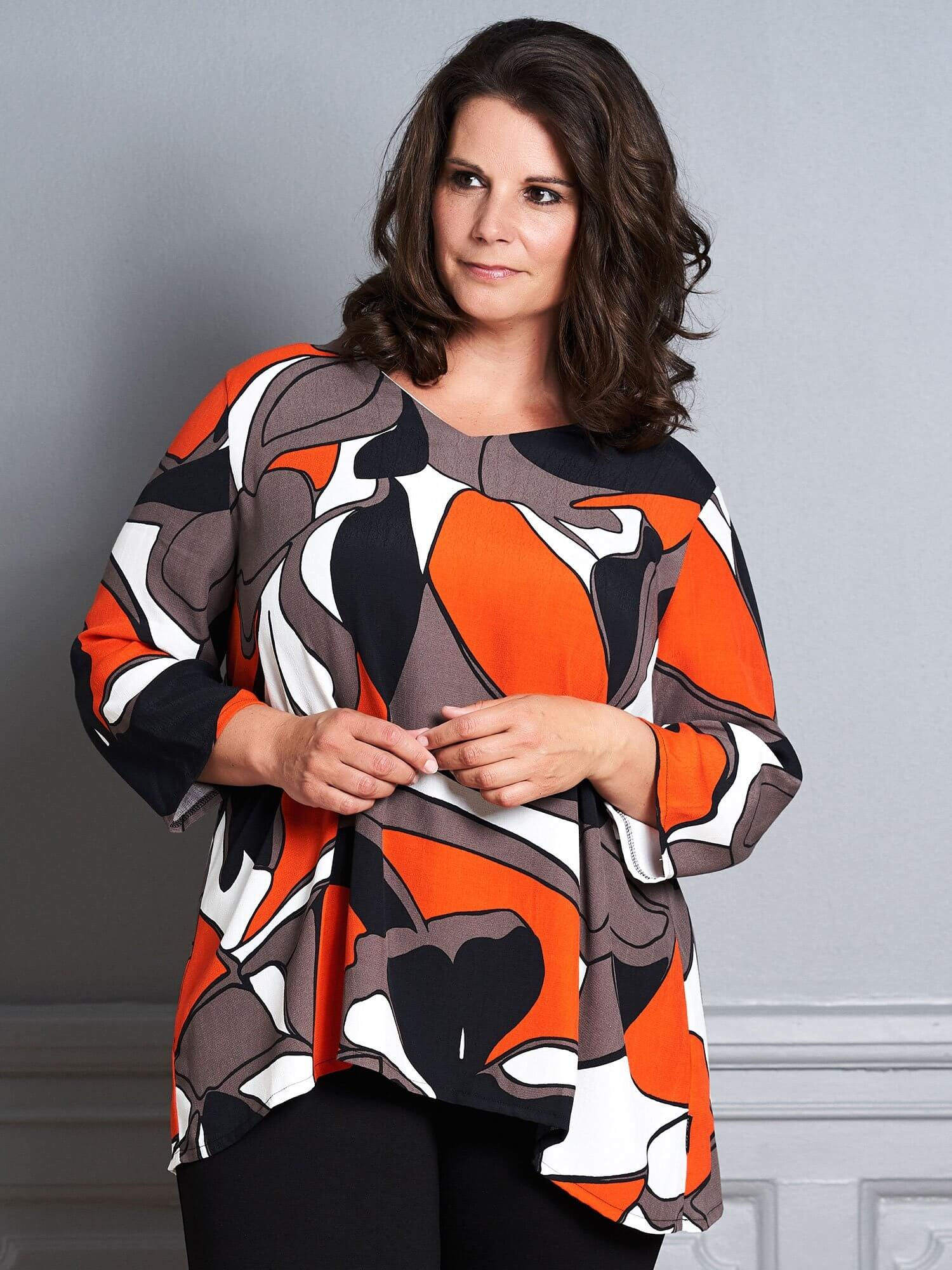 Let Gry bluse med grafisk print i sort, brun og orange