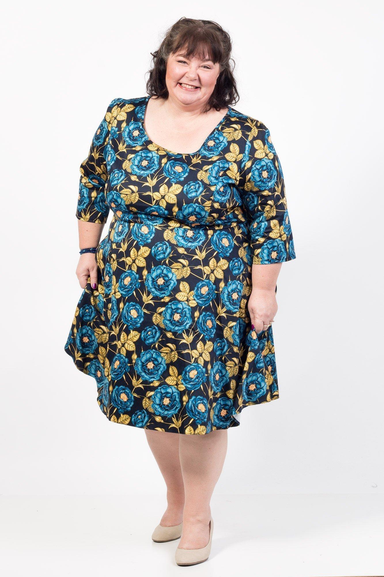 Kjole med smukke blå roser og halv lange ærmer