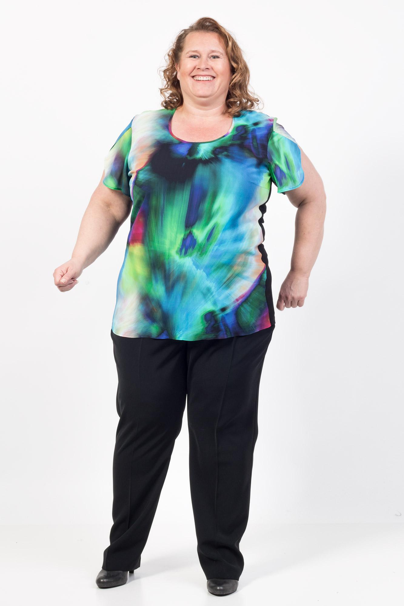 Bluse med chiffon i smukke klare batik farver