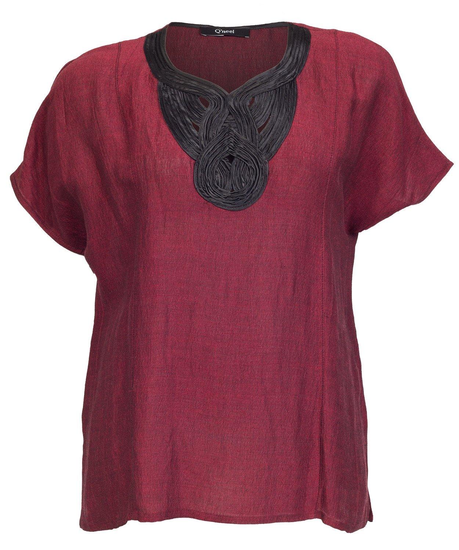 Smuk rød bluse med flot halsudsmykning