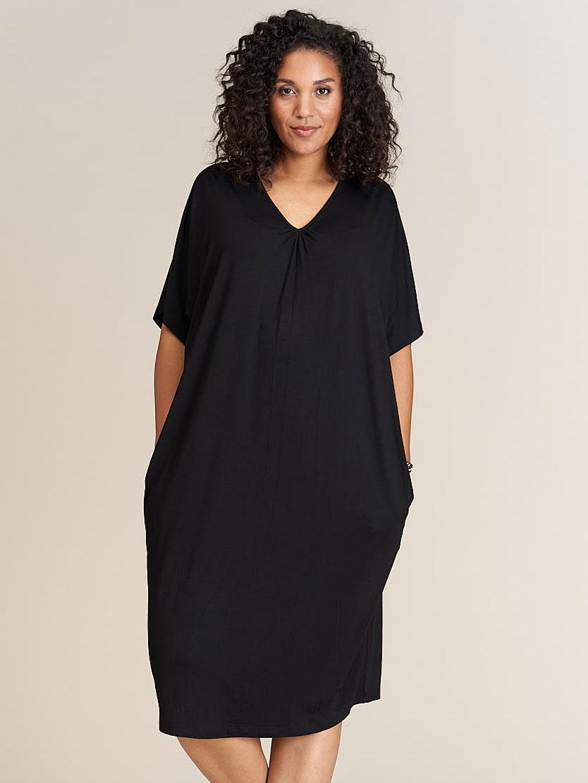Lang sort kjole med v-hals og lommer