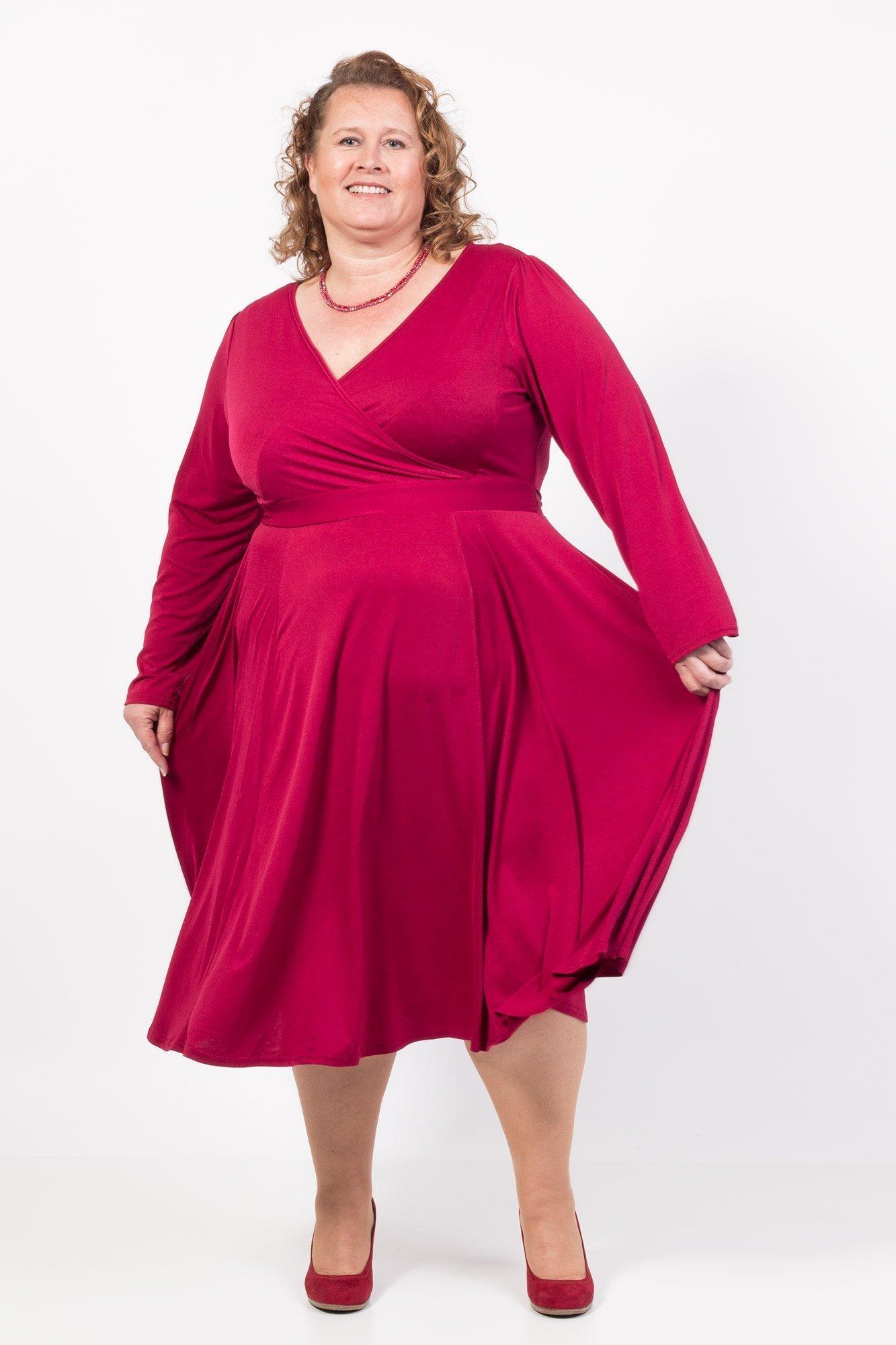 Smuk rød langærmet kjole med flagrende skørt