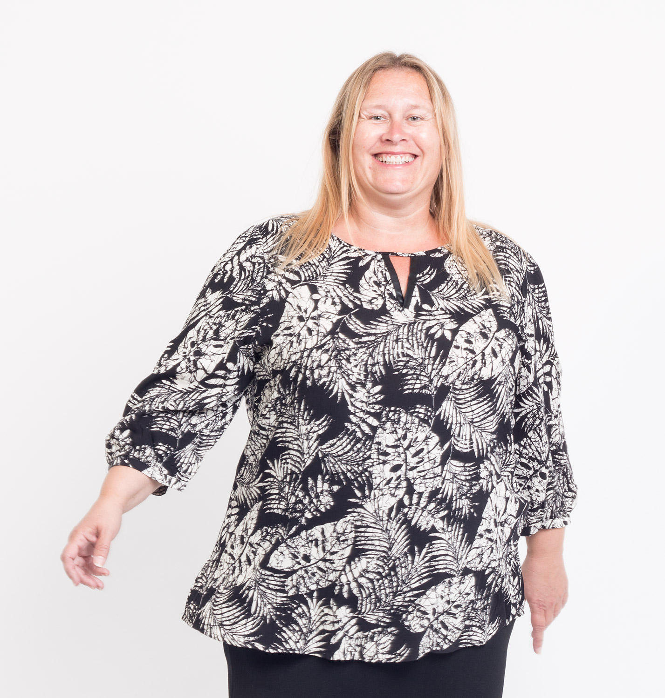 Let skjorte bluse med sort - hvid bladmønster