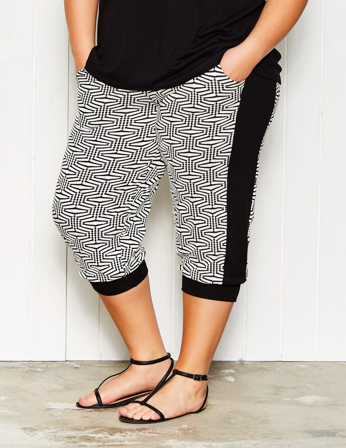 Sort og hvid mønstrede capri bukser