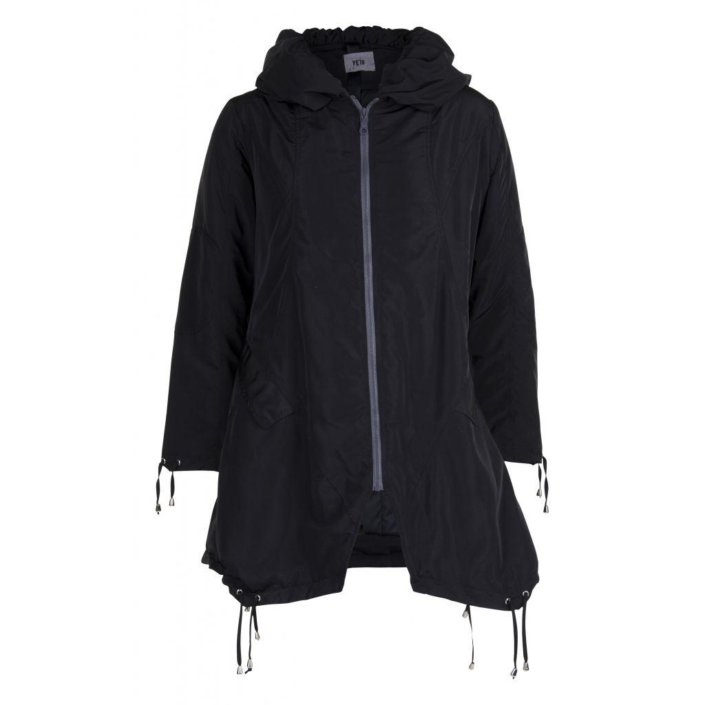 Frakke i sort med lynlås fra veto