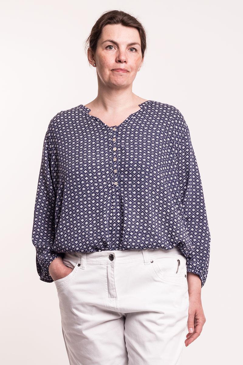 Sød skjorte bluse i marine med hvidt mønster